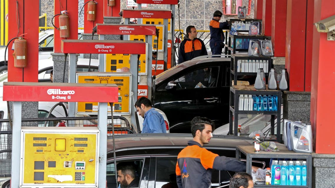 Iranians drivers fill their tanks at a gas station in Tehran on November 5, 2018. (File photo: AFP)