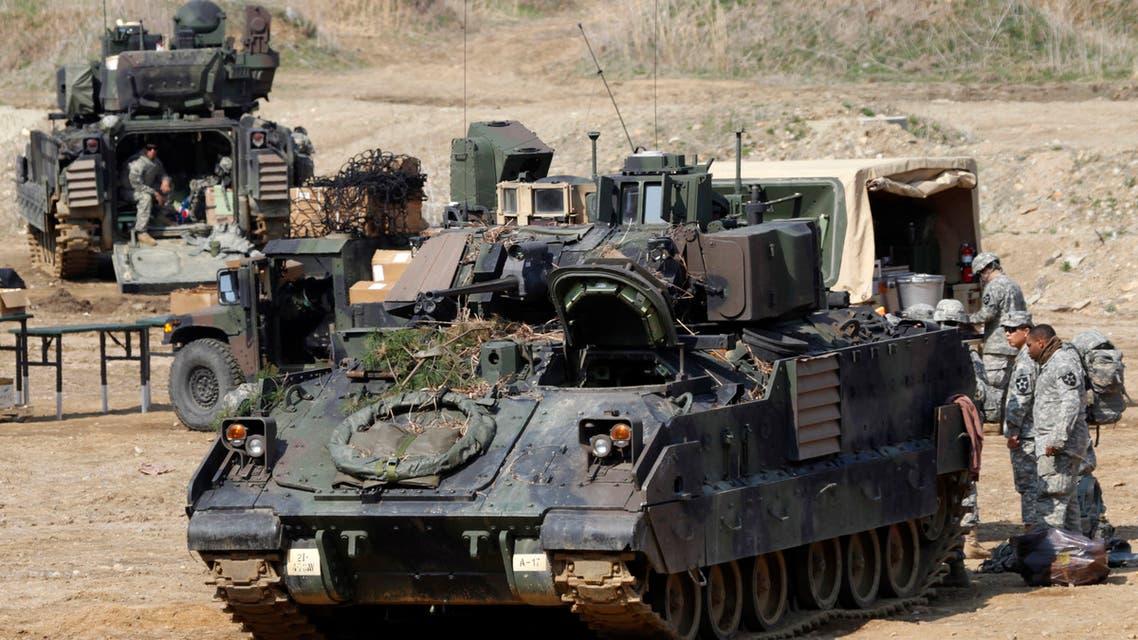 جنود أميركيون يتحدثون خلال تدريبات عسكرية مع جنود كوريين جنوبيين في باجو شمالي سول