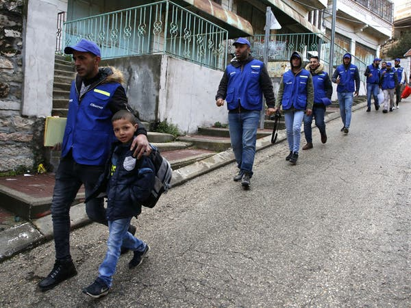 شبان يرافقون أطفال الخليل للمدارس بعد مغادرة المراقبين