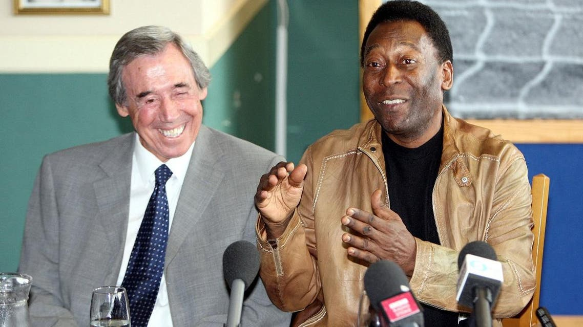 Former Brazil player Pele (R) and former Stoke City and England player Gordon Banks (L) during a press conference. (Reuters)
