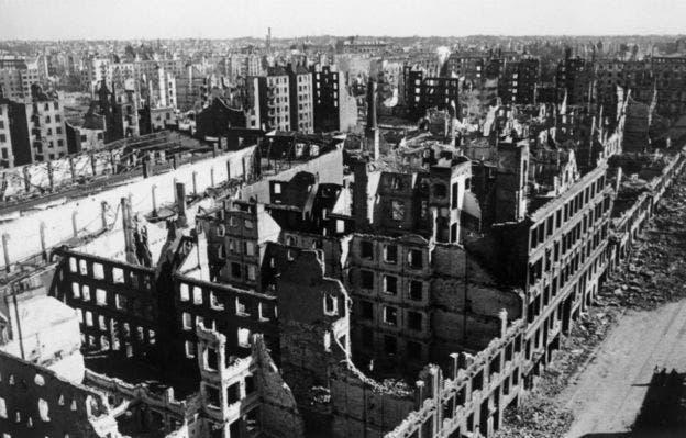 جانب من الدمار الذي لحق بمدينة هامبورغ الألمانية عقب قصفها عام 1943