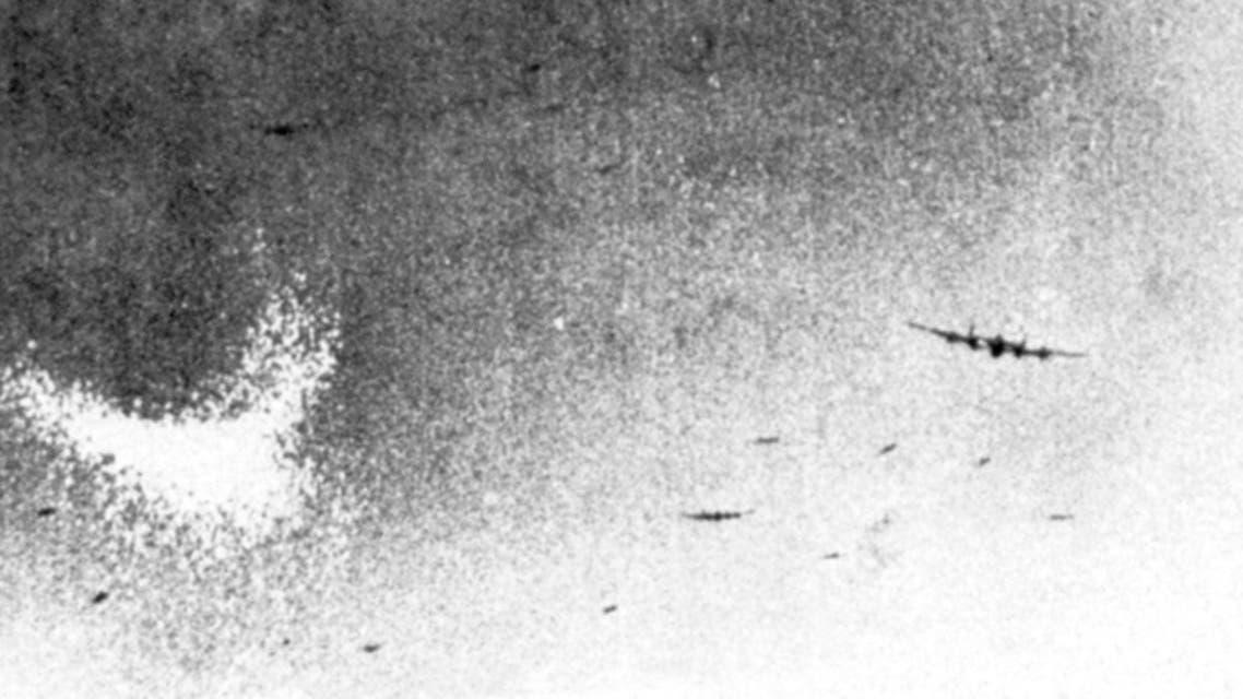 صورة لطائرة بريطانية خلال اعتمادها على تقنية القش قرب مدينة إسن الألمانية