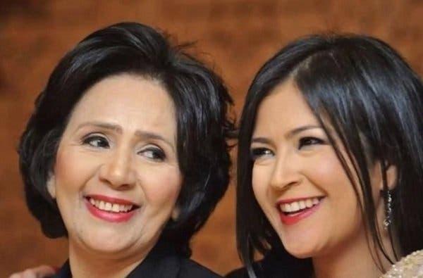 نادية فهمي على يسار الصورة مع ابنتها