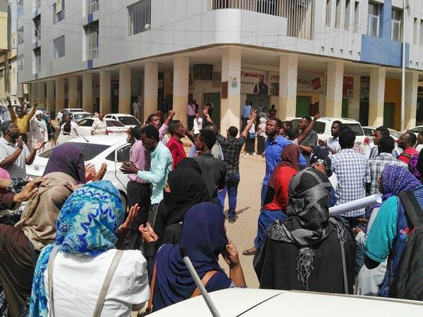 السودان.. وفاة شرطي جراء رشقه بالحجارة من قبل محتجين