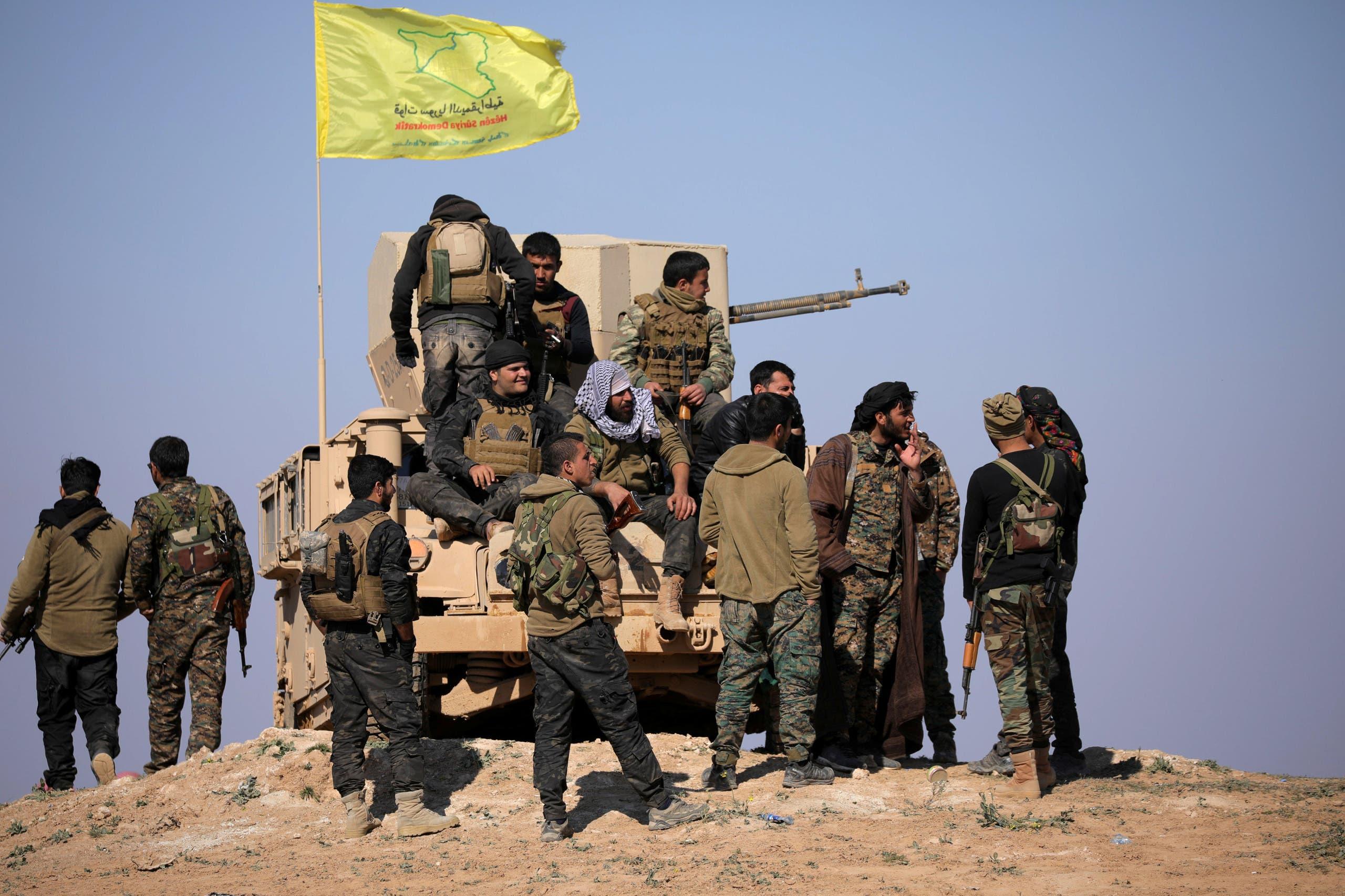 أفراد من قوات سوريا الديمقراطية قرب باغوز بدير الزور السورية