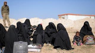 سوريا.. شاحنات تنقل مدنيين من آخر معقل لداعش