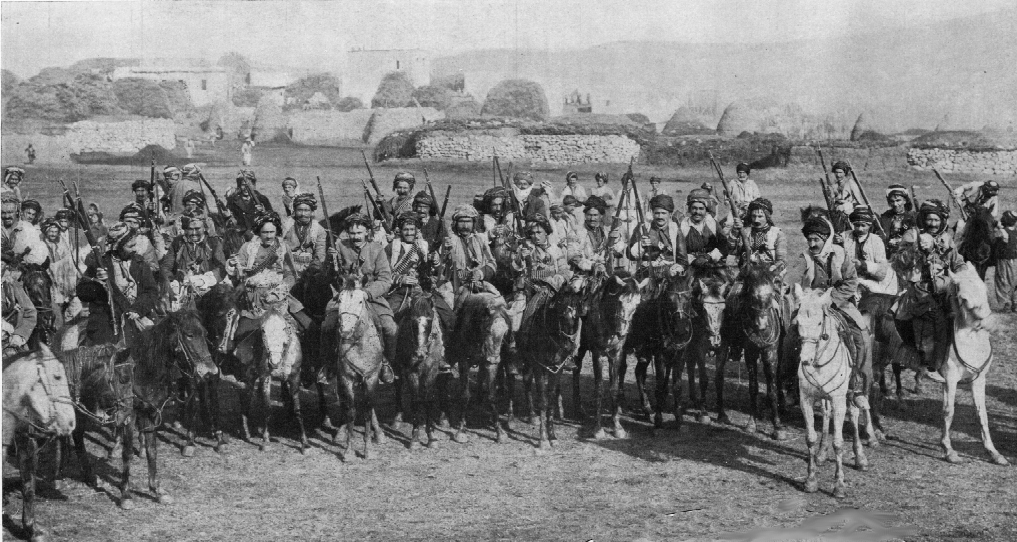 عدد من جنود إحدى فرق الخيالة الكردية التي شاركت إلى جانب العثمانيين بالحرب العالمية الأولى