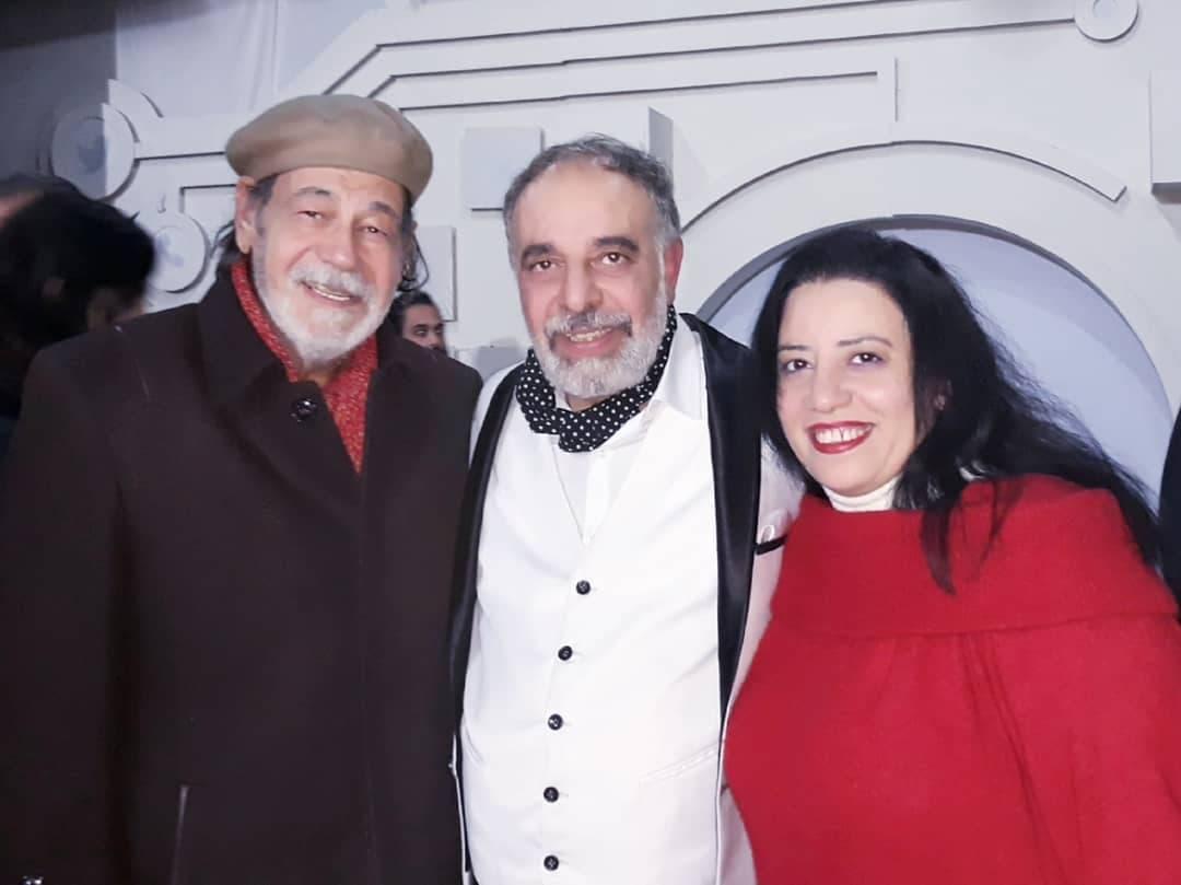 الفنان الراحل بصحبة زوجته والفنان ياسر صادق