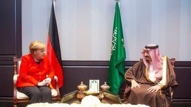 الملك سلمان يلتقي ميركل خلال القمة العربية الأوروبية