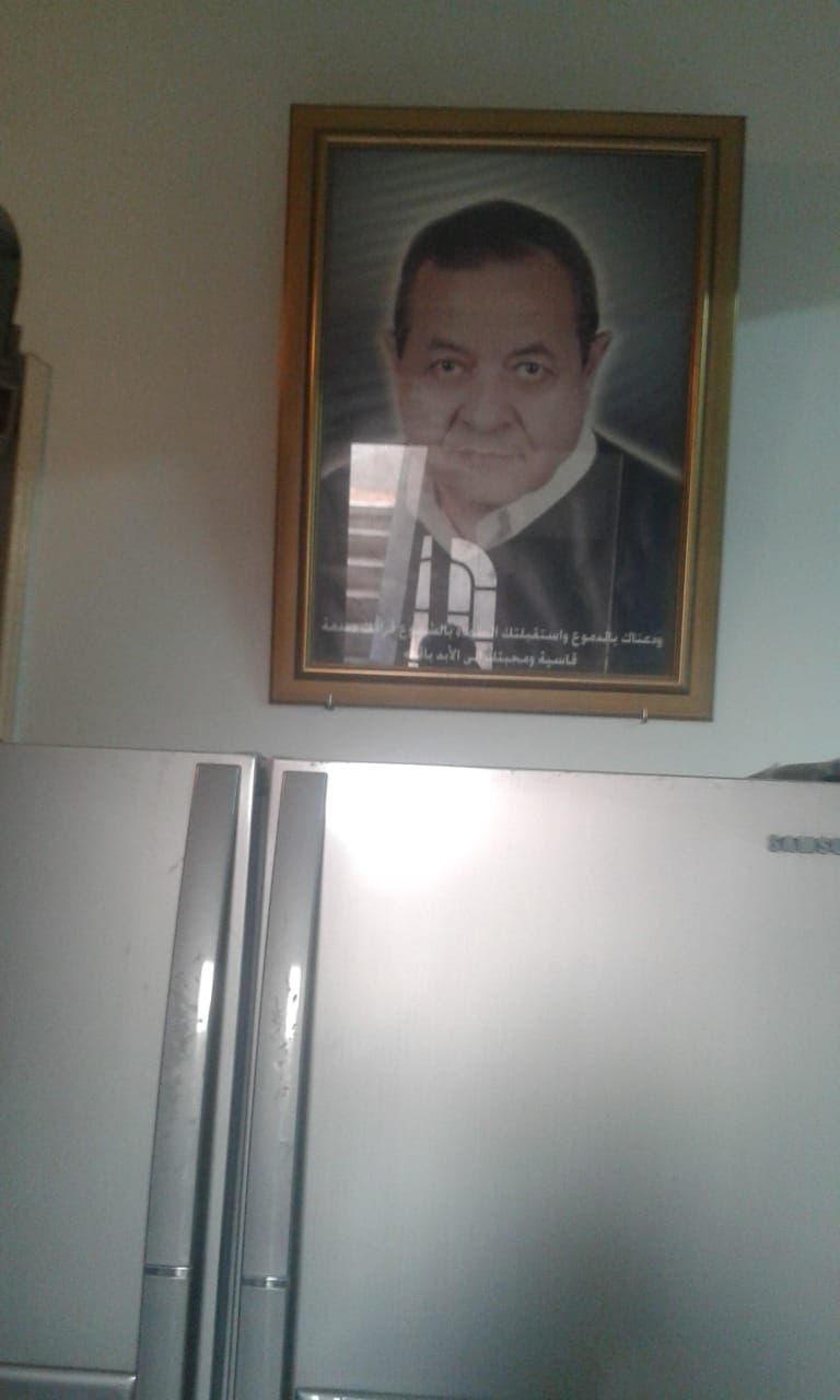 صورة والد رامي في منزل العائلة