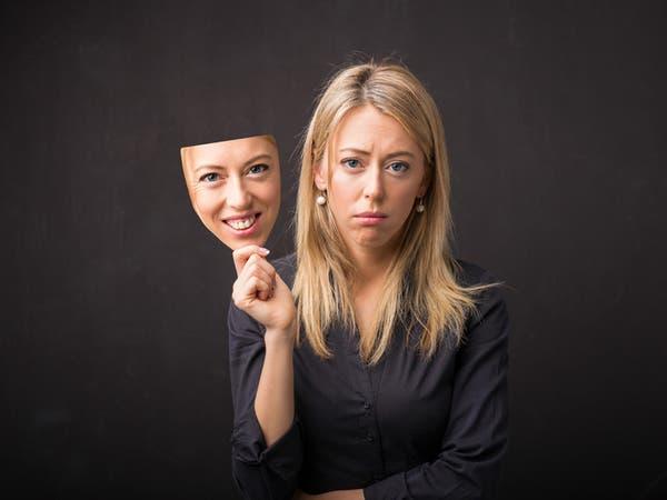 """5 أعراض تشير إلى إصابتك بـ""""الاكتئاب المبتسم""""!"""