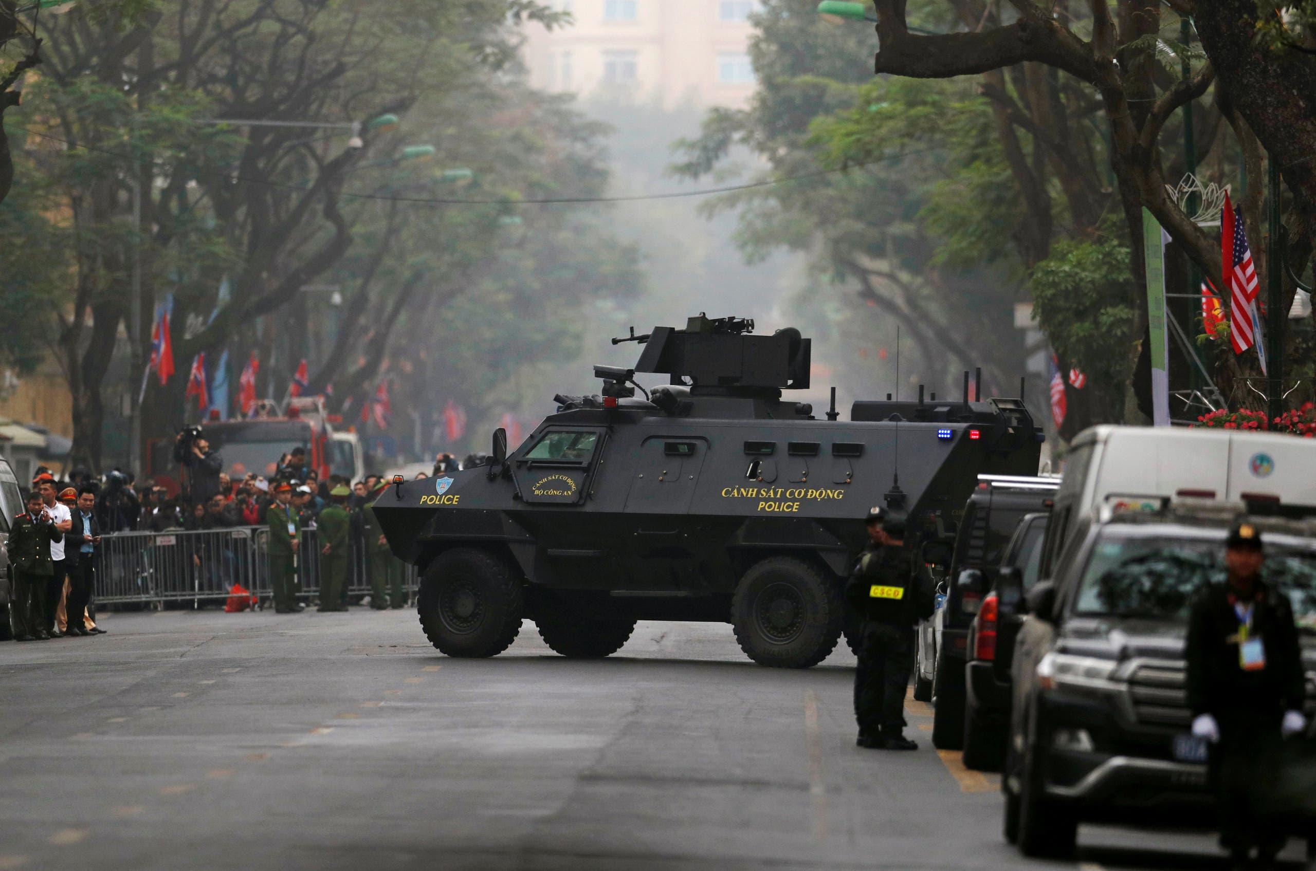 قوات الأمن الفيتنامية امام الفندق الذي يستضيف القمة
