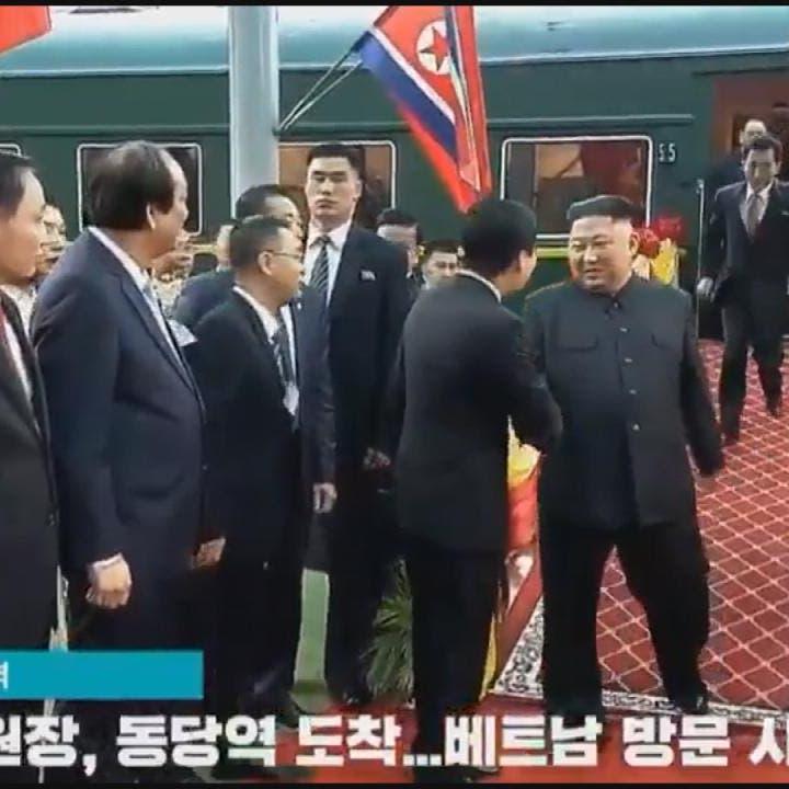 شاهد.. مترجم كيم جونغ أون يهرول وراء الزعيم