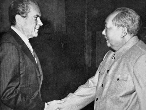 صورة تجسد لقاء الزعيم الصيني ماو تسي تونغ والرئيس الأميركي ريتشارد نيكسون