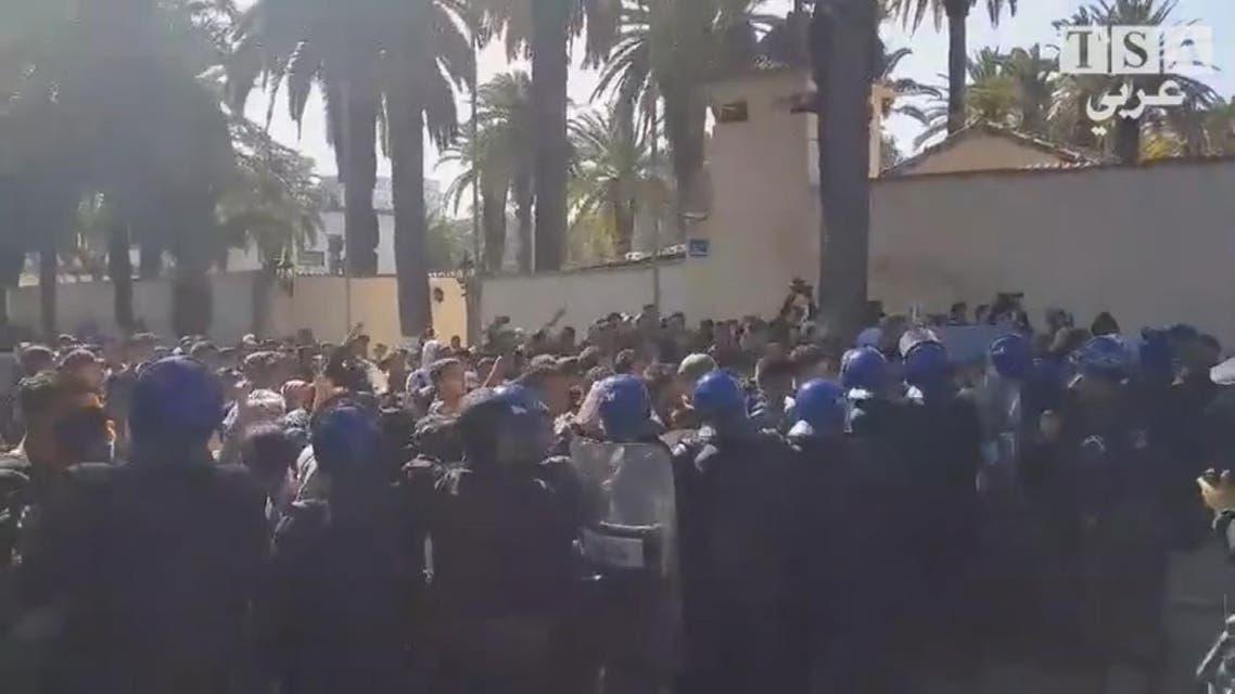 THUMBNAIL_ الجزائر.. تظاهرة طلابية تحتج على ترشح بوتفليقة أمام المجلس الدستوري