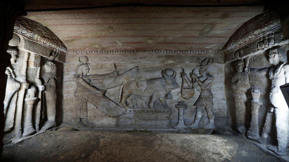 تابوت يظهر خلال جولة لوزير الآثار المصري لمقابر كوم الشقافة الواقعة غرب الإسكندرية الأحد