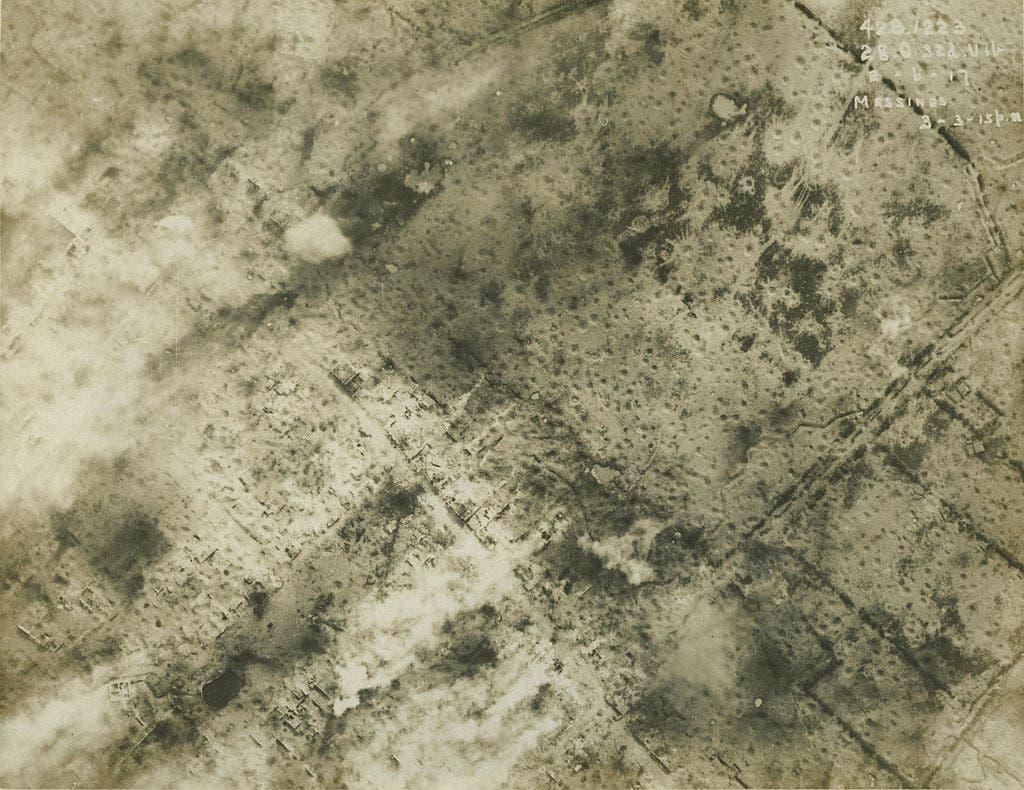 صورة التقطت من قبل احدى الطائرات البريطانية تبرز حجم القصف الذي تعرضت له المناطق القريبة من ميسن قبل الإنفجارات