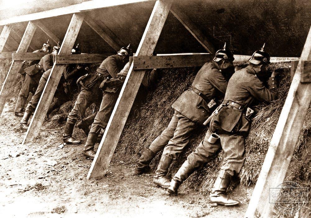 صورة لعدد من الجنود الألمان داخل الخنادق بالحرب العالمية الأولى