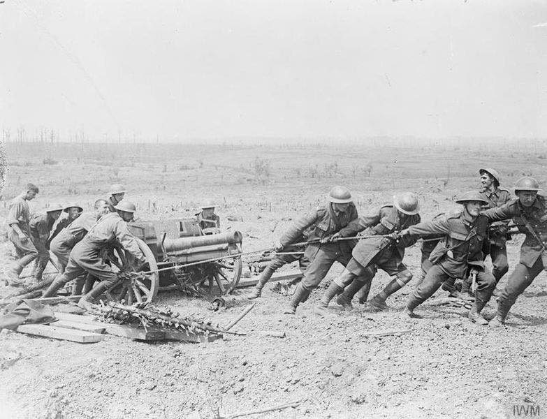 صورة لعدد من الجنود البريطانيين وهم بصدد سحب مدفع خلال المعركة قرب ميسن