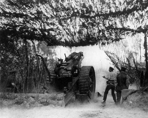 صورة لأحد المدافع البريطانية خلال عملية قصف التلال القريبة من ميسن