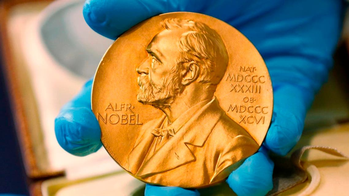 a national library employee shows the gold Nobel Prize medal awarded to the late novelist Gabriel Garcia Marquez, in Bogota, Colombia. (File photo: AFP)