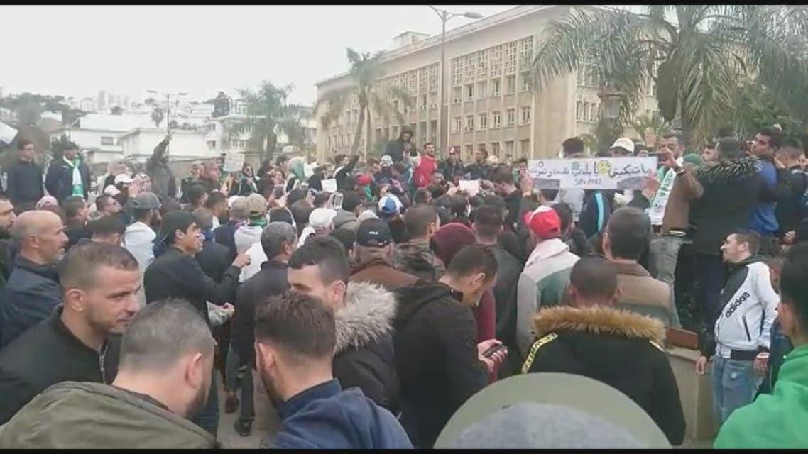 الآلاف يتجمعون وسط الجزائر