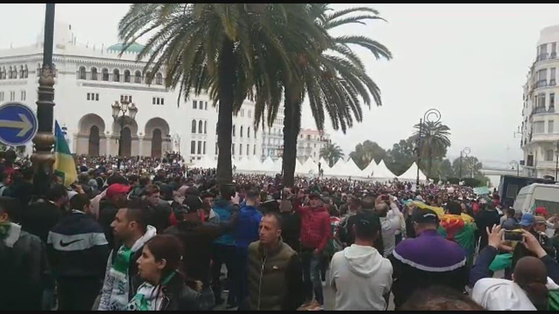 فيسبوك..ضابط إيقاع المتظاهرين في الجزائر