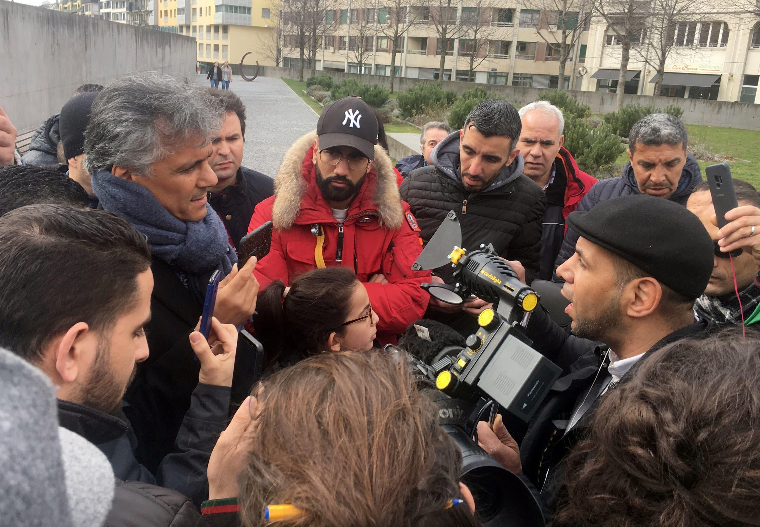 رشيد نكاز أمام المستشفيات الجامعية بجنيف