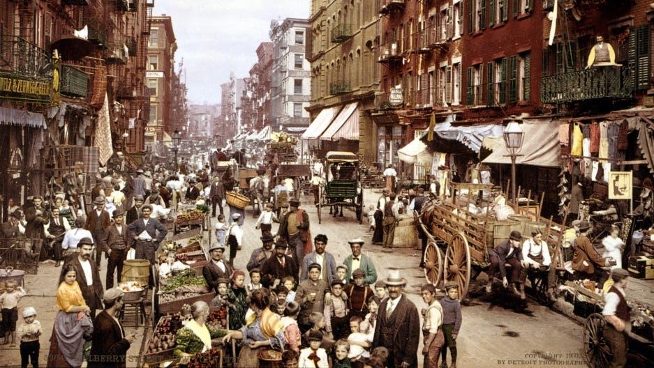 صورة ملونة اعتمادا على التقنيات الحديثة لأحد الأحياء الإيطالية بنيويورك مطلع القرن العشرين ويبرز بها مدى الازدحام بالمدينة