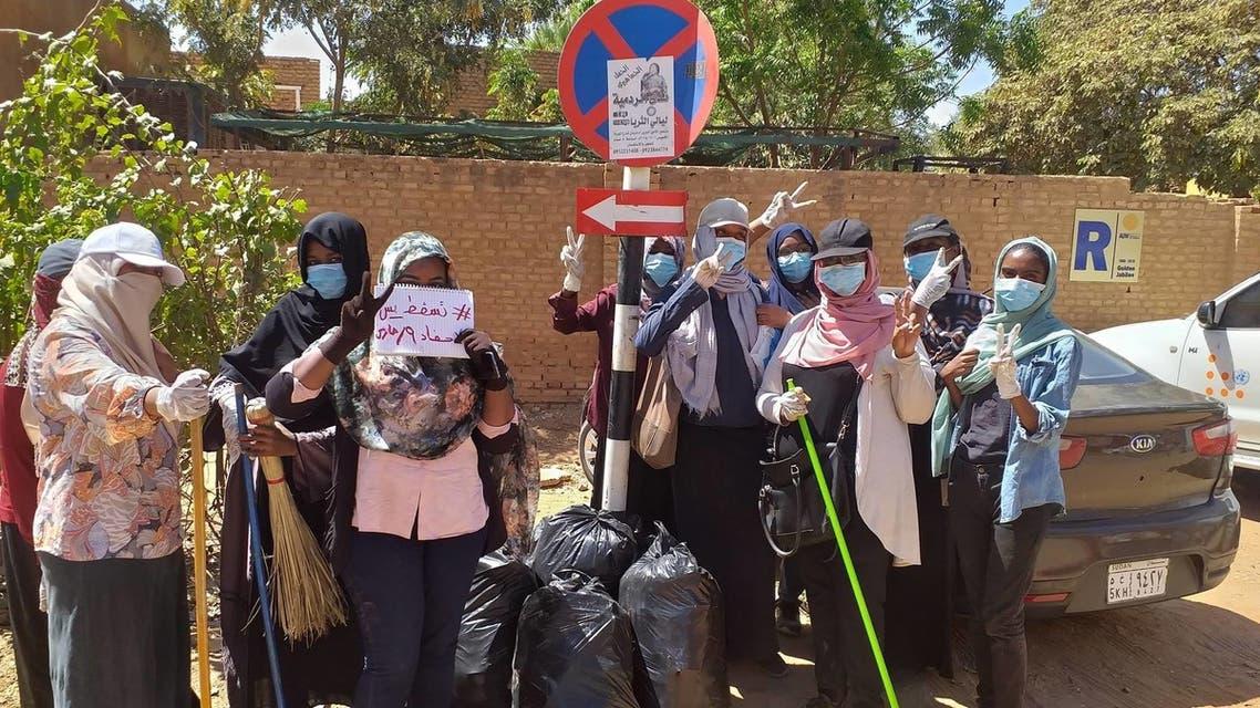 نساء سودانيات يشاركن في حملة تنظيف الشوارع