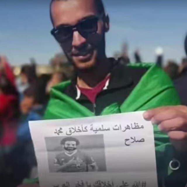 طرائف مظاهرات الجزائر.. محمد صلاح حاضر بقوّة