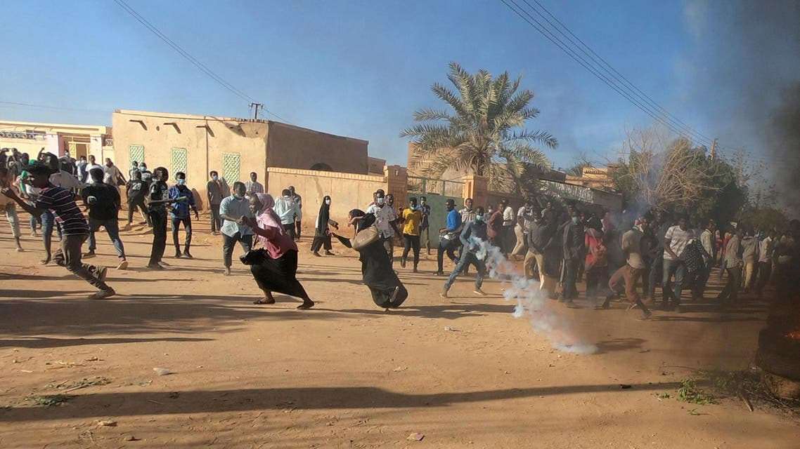 FILE PHOTO: Sudanese demonstrators run from a teargas canister fired by riot policemen to disperse them as they participate in anti-government protests in Omdurman, Khartoum, Sudan January 20, 2019. REUTERS/Mohamed Nureldin Abdallah/File Photo