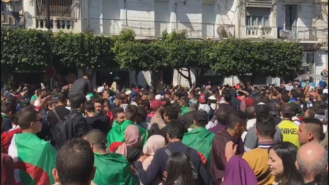 الجزائر .. لماذا يواصل المحتجون التظاهر؟