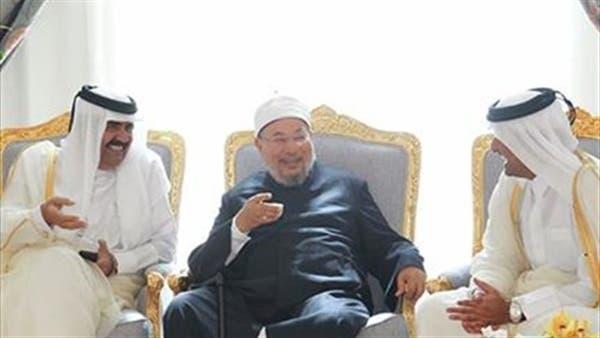 أمير قطر ووالده ويتوسطهم القرضاوي