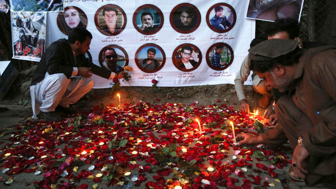 Afghan residents light candles to pay tribute to Afghan journalists killed in suicide attack in Kabul on May 3, 2018. (File photo: AP)