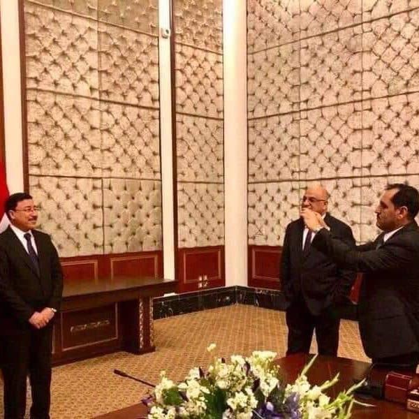 وزير يلتقط صورة لمدير مصرف إيران..  وجدل عراقي