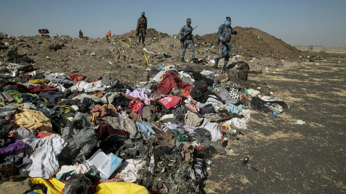 أفراد من الشرطة الإثيوبية وسط حطام الطائرة المنكوبة