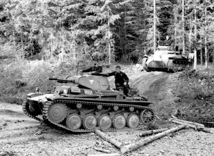 صورة لعدد من الدبابات الألمانية خلال تقدمها بالأراضي الفرنسية سنة 1940