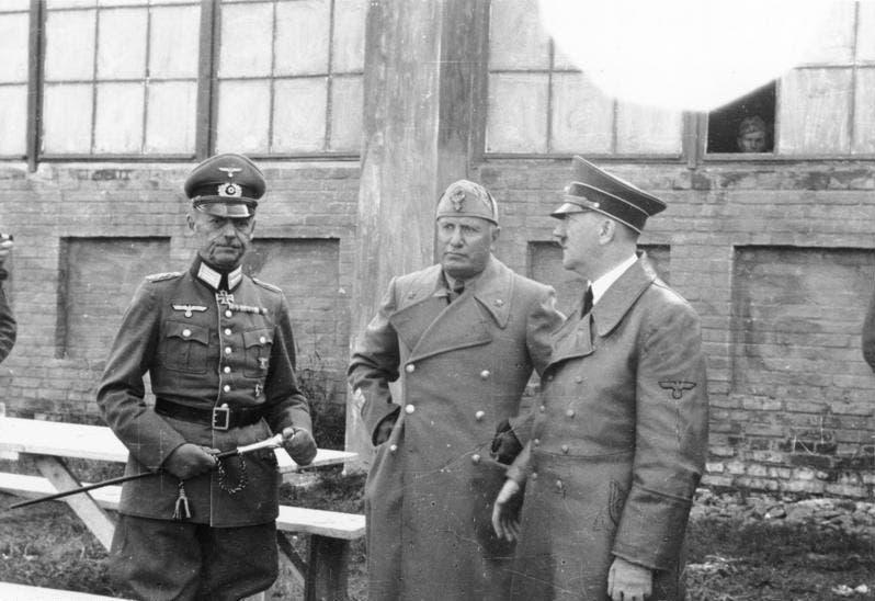 صورة للجنرال فون رونشتيت رفقة كل من هتلر و موسوليني