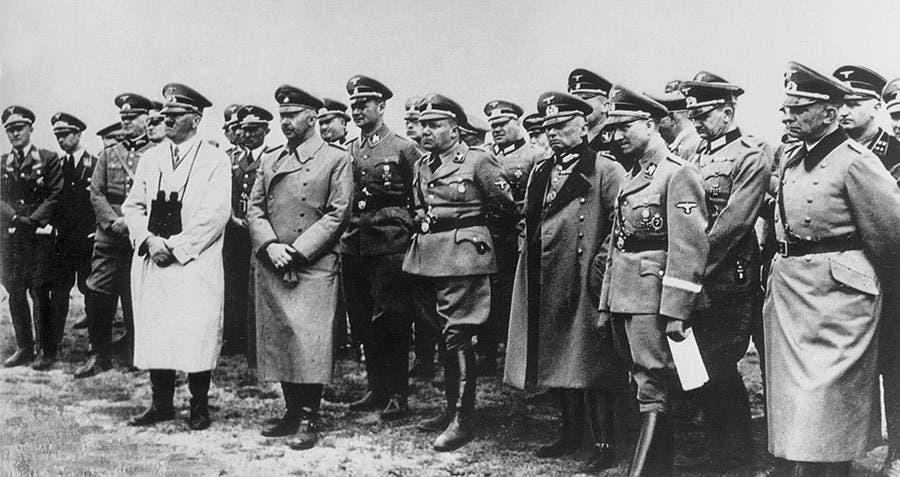 صورة لأدولف هتلر رفقة عدد من مساعديه وجنرالته