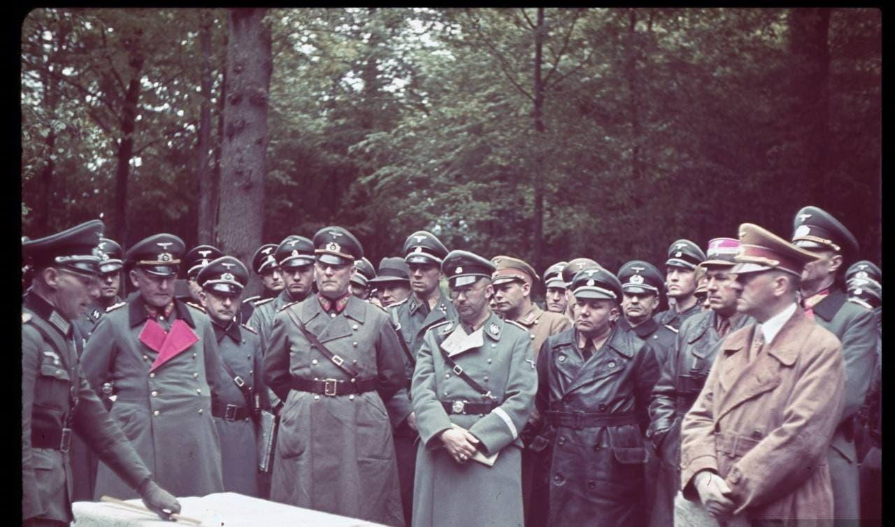 صورة لأدولف هتلر رفقة عدد من جنرالاته وقائد فرق الأس أس هملر