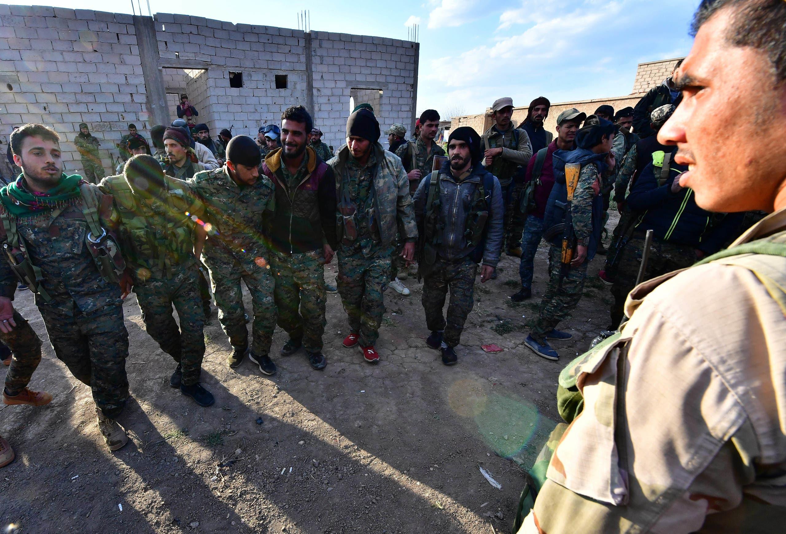 عناصر من قوات سوريا الديمقراطية يحتفلون(فرانس برس)