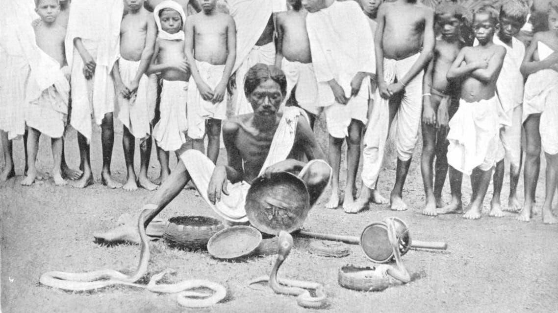 صورة فوتوغرافية لمروض أفاعي بالهند سنة 1900