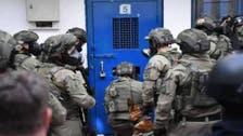 إصابة مئات الأسرى بسجن النقب جراء تعدي الأمن الإسرائيلي