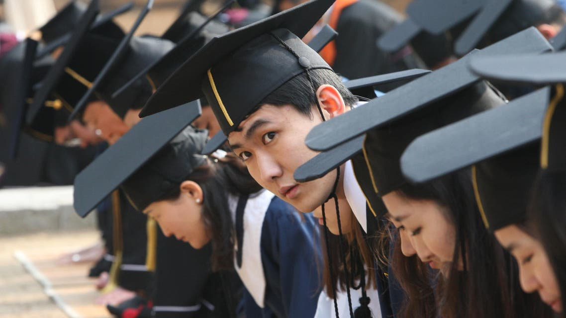 Students bow as they pay homage to great sages during their graduation ceremony at Sungkyunkwan University in Seoul on Feb. 24, 2012. (File photo: AP)