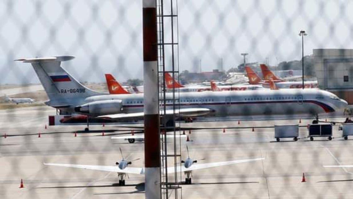 طائرة تحمل علم موسكو في مطار بالعاصمة الفنزويلية كاراكاس