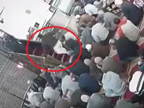 فيديو .. مصري ضرب إمام مسجد في صلاة الجمعة لهذا السبب