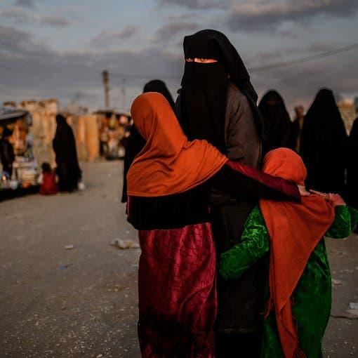 بالصور..  داعشية تطعن حارسها في مخيم الهول وتختفي
