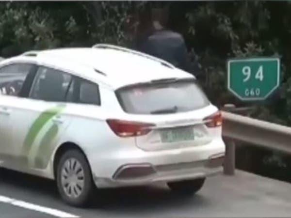 """مشهد يحبس الأنفاس.. سائق ينجو بأعجوبة بعد """"سحق"""" سيارته"""