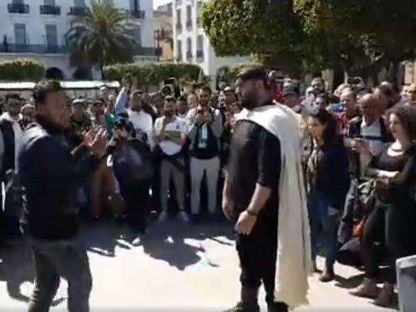 طريقة مختلفة للاحتجاج.. أبو الفنون حاضر بحراك الجزائر